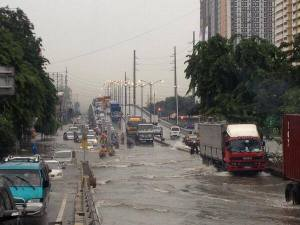 I think this is a photo taken by the ANC this afternoon of the state of the South Luzon Expressway this afternoon under heavy rainfall from Typhoon Maring