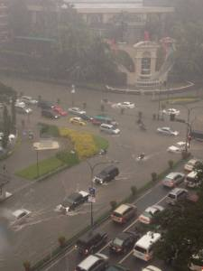 As seen on FB, the intersection of Makati Avenue and Ayala Avenue, with just less than an hour of rain (from the captions on the photos)... This is happening even after all the typhoons that has happened before? What infrastructure projects did the DAP go to?